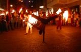 einarmiger Handstand und Feuershow am Straßenkunstfestival Villach