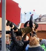 Straßenkünstler und Jongleur badet im Publikum