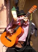 Frowin am StraMu in Würzburg mit Fußfigur und Gitarre