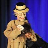 Puppe hält Jongleur im Schwitzkasten, Richard Kahlig am European Youth Circus Festival Wiesbaden