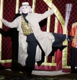 Maske im Rücken, alter Mann, Zirkus