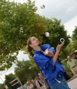Jongleur mit Bällen bei der Brunneneröffung am Alle Center Berlin