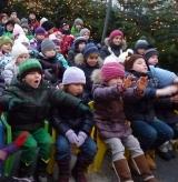 Kinder im Kasperltheater am Weihnachtsmarkt Innsbruck