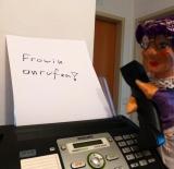 Handpuppe Großmutter am Telefon will Frowin anrufen