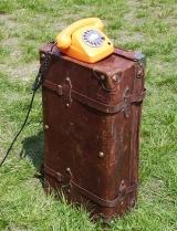 altes oranges Telefon auf Koffer