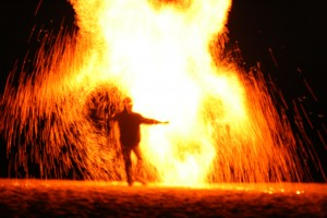 Frowin der Geukler bei einer Feuershow. Hier sieht man einen große Funkenwolke die den Feuerkünstler umgibt.